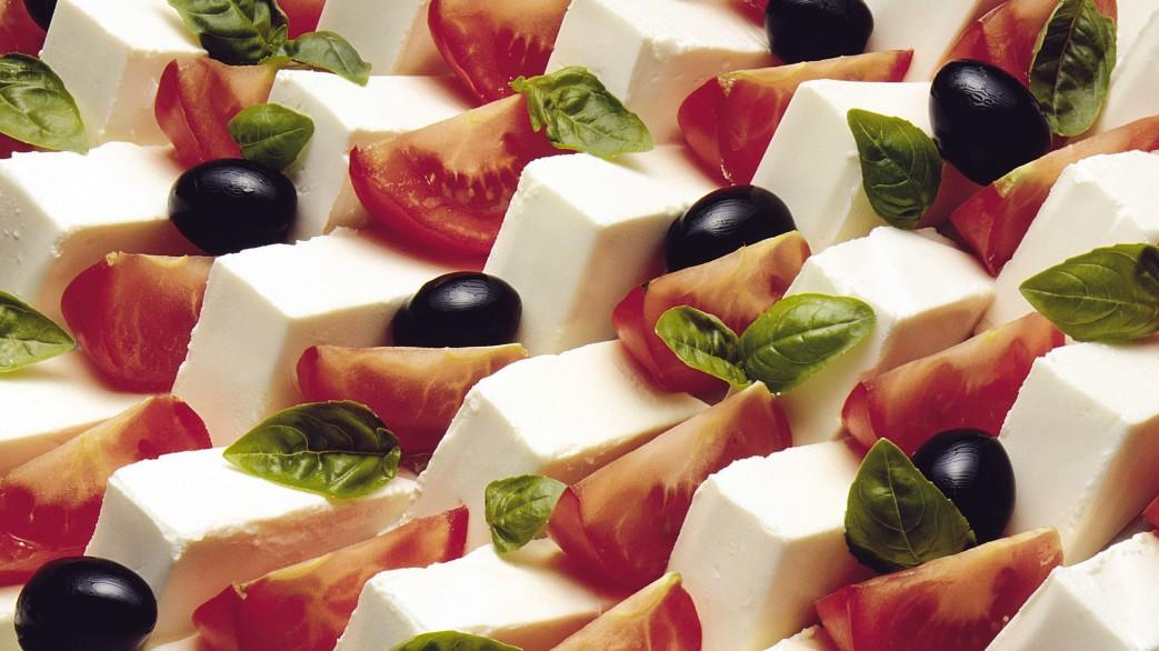 insalata caprese al formaggio quark dettaglio, fondo. pomodori a fette basilico fresco KRAINV019CK02